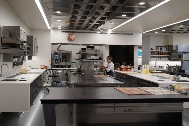 Kok in de keuken van drie Michelin Stars restaurant de Franse Wasserij in Yountville, Napa-Vallei stock fotografie