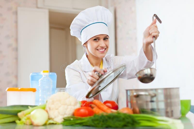 Kok in toque de werken bij keuken royalty-vrije stock foto's