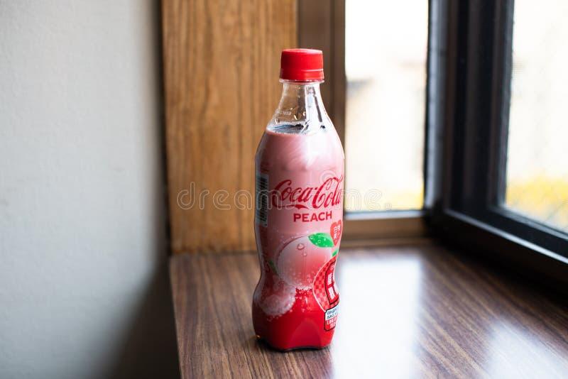 Koka-kola butelka z brzoskwinia smaku Japońskim dodatkiem specjalnym ograniczał wydanie produkt obraz royalty free