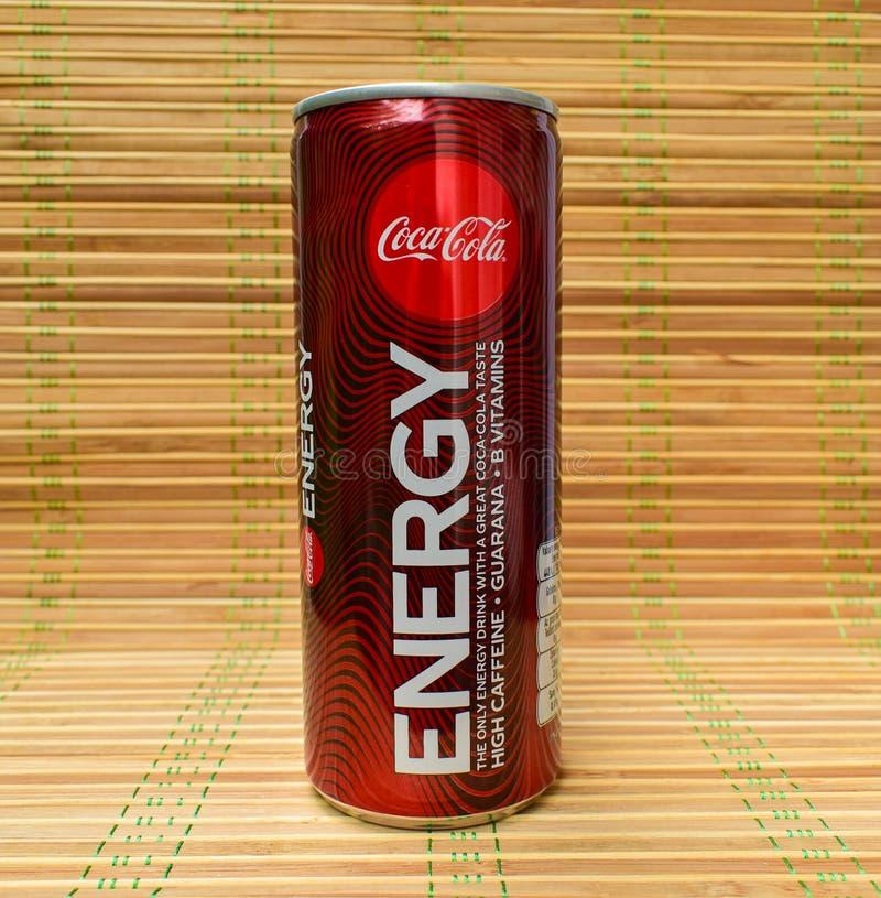 Koka-kola energetyczny napój na bambusowej płuczce obraz stock