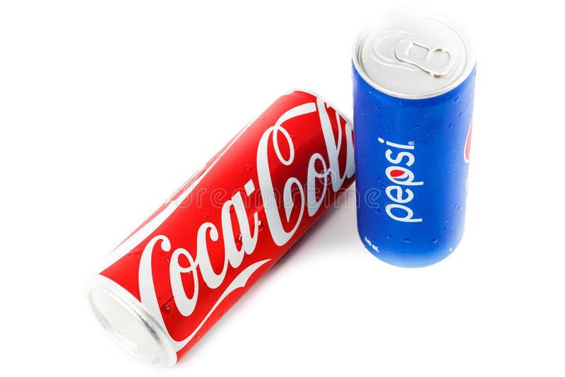 koka-kola i Pepsi puszki na białym tle fotografia royalty free