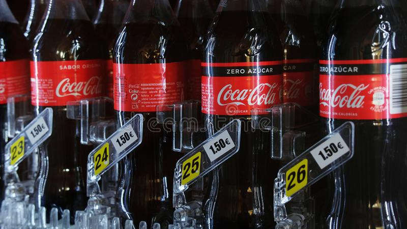 Koka-kola klingerytu butelki w automacie z metką, w Tenerife, wyspy kanaryjskie, Hiszpania zdjęcia royalty free
