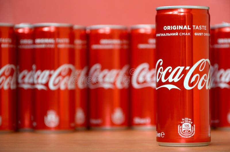 koka-kola logo drukujący na aluminiowych puszkach i umieszczający na centrum handlowe stole obraz royalty free