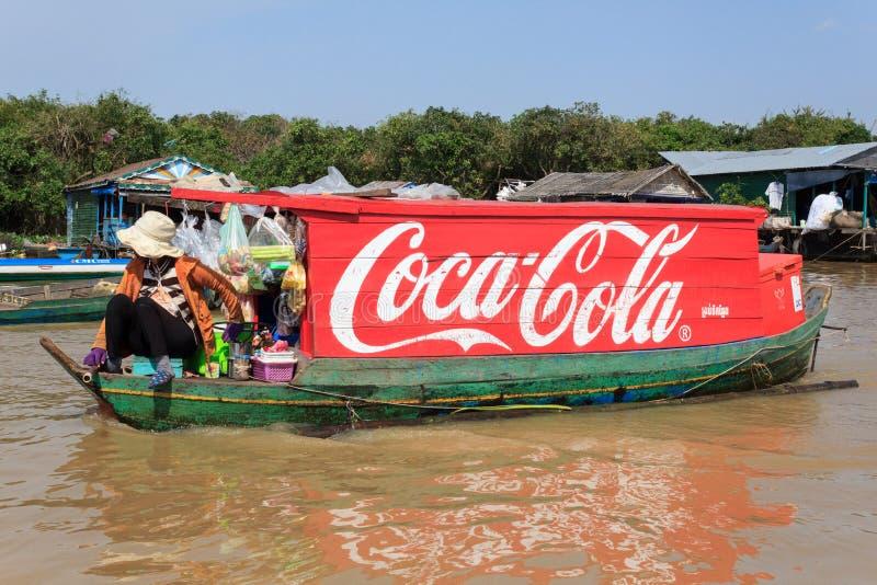 Koka-kola logo malował na drewnianej łodzi, spławowa wioska, Kambodża obraz royalty free