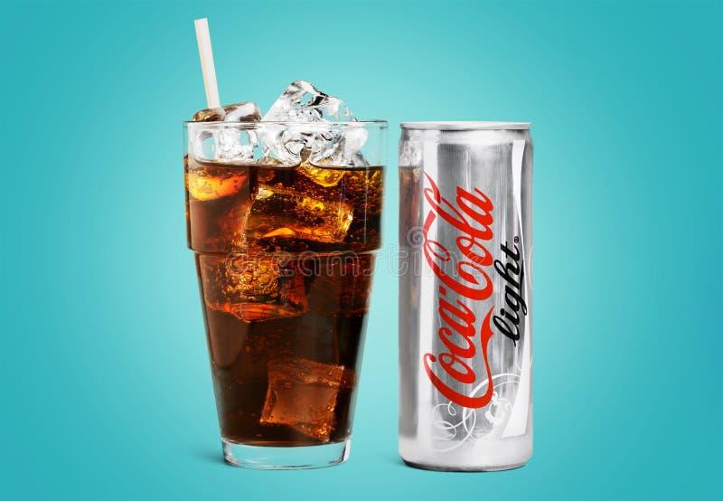 Koka-kola może i szkło na błękitnym tle obrazy stock