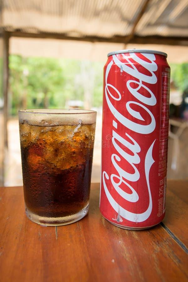 koka-kola może pić i szkło kola z kostkami lodu fotografia stock
