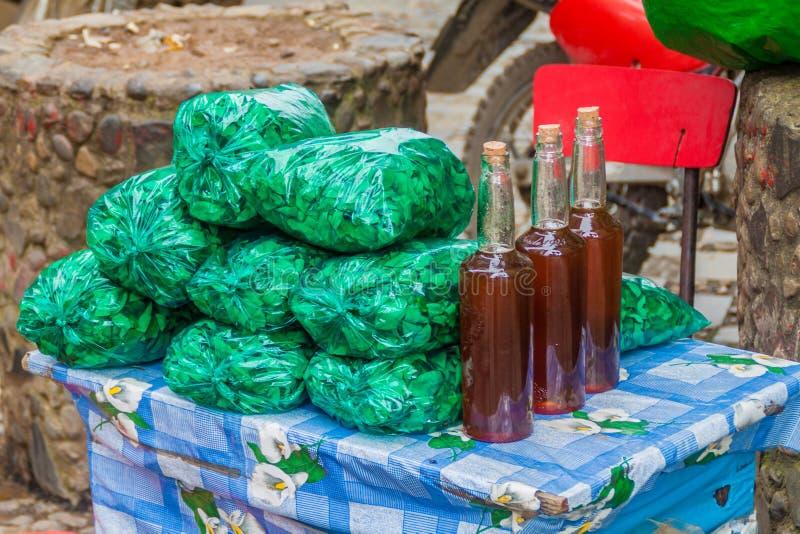 Koka verlässt für Verkauf in Coroico, Boliv stockbild