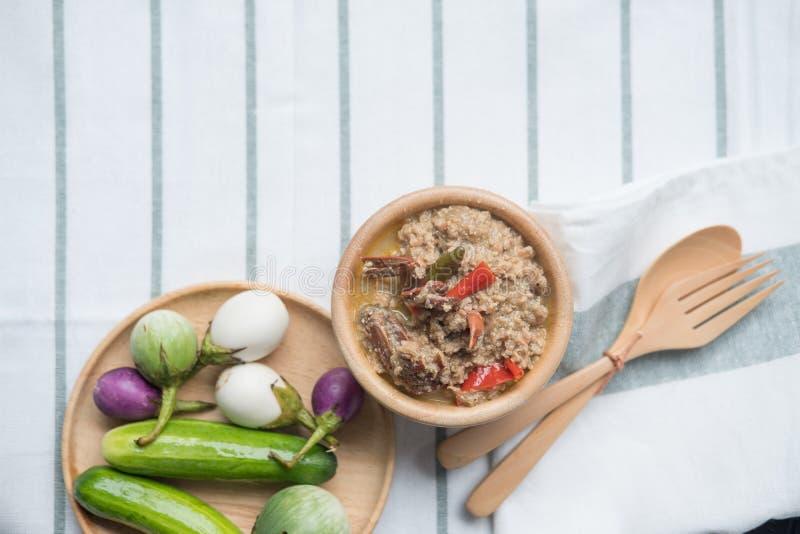 Kokade den mjuka krabban för sakta kokning i kokosnöt mjölkar med nya grönsaker arkivfoton