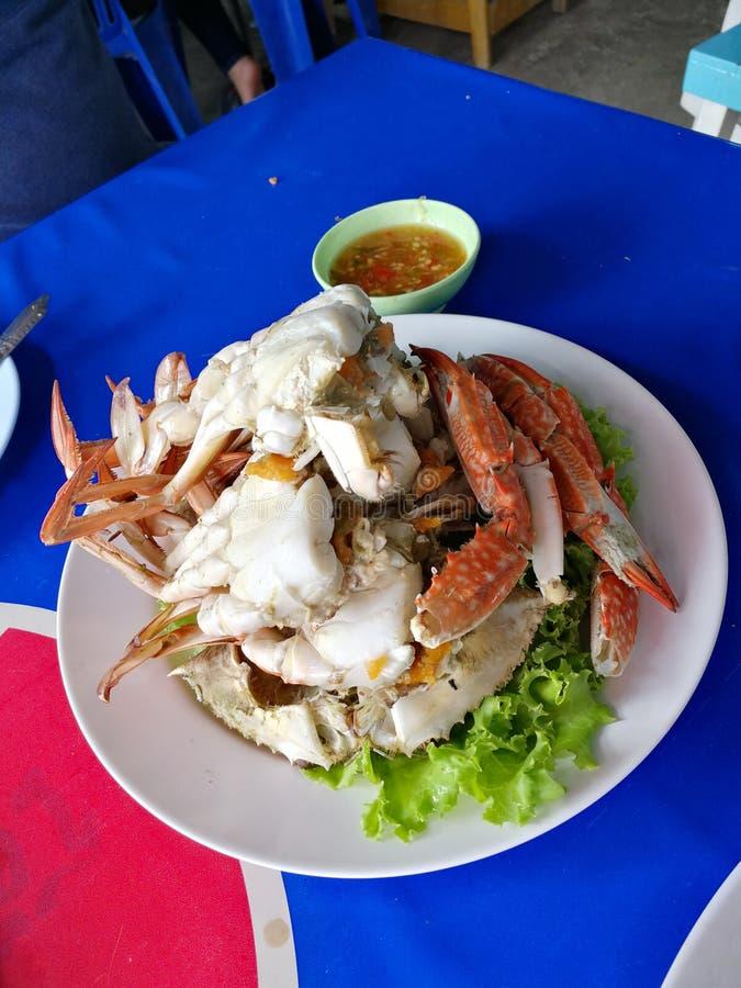 Kokade nytt krabban som tjänades som med kryddig havs- sås arkivfoto