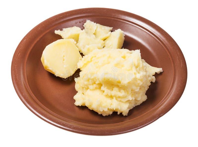 Kokade och mosade potatisar på den isolerade plattan royaltyfria foton