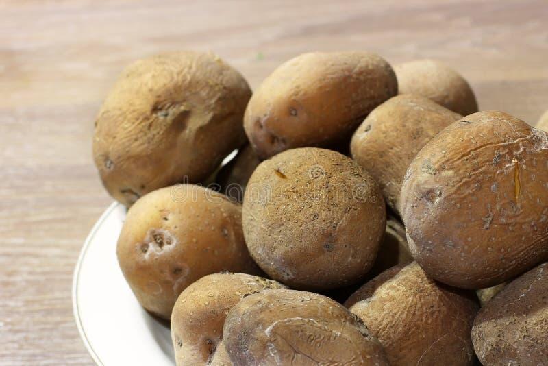 Kokade potatisar stänger sig upp Matlagning i k?ket royaltyfri bild