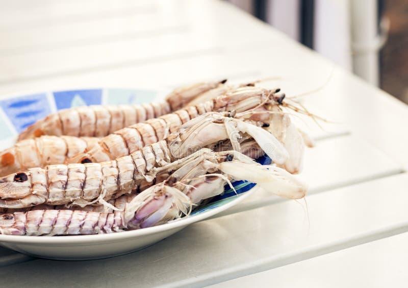 Kokade r?da r?kar?kor p? plattan som ?r havs- fr?n fiskmarknaden av Catania, Sicilien royaltyfria foton