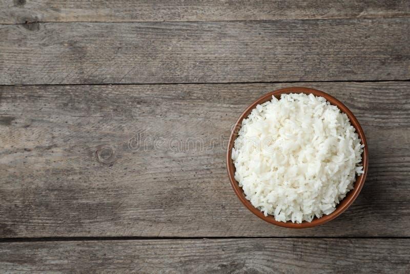 Kokade ris i bunke på träbakgrund, bästa sikt arkivfoton