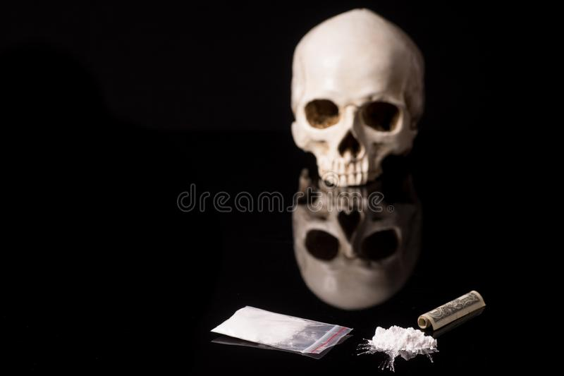 Kokain eller andra olagliga droger som ligger på en glansig bakgrund royaltyfria bilder