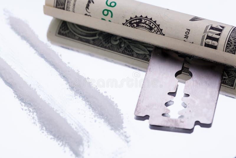Kokaina wykłada na lustrze z żyletki ostrza lekami obraz royalty free