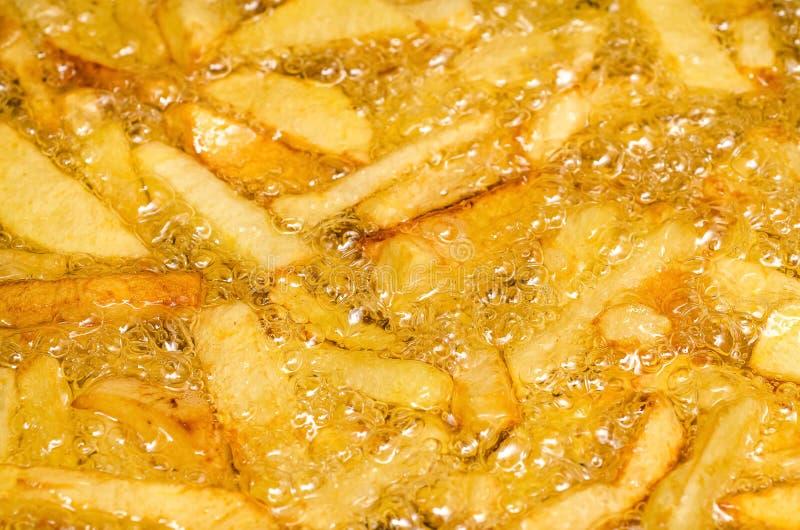 Kokande pommes frites arkivbilder