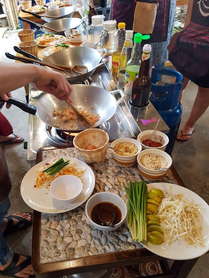 Koken wok kippenpad thai fried noedle oil soy sauce class cursus thai food ingridients chiang mai thailand keuken stock afbeelding