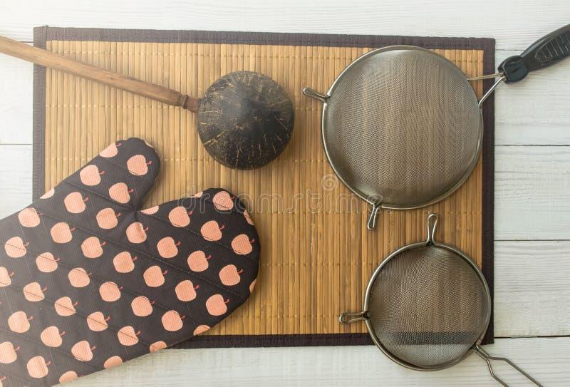 Kokend croissant op rustieke houten achtergrond royalty-vrije stock foto's