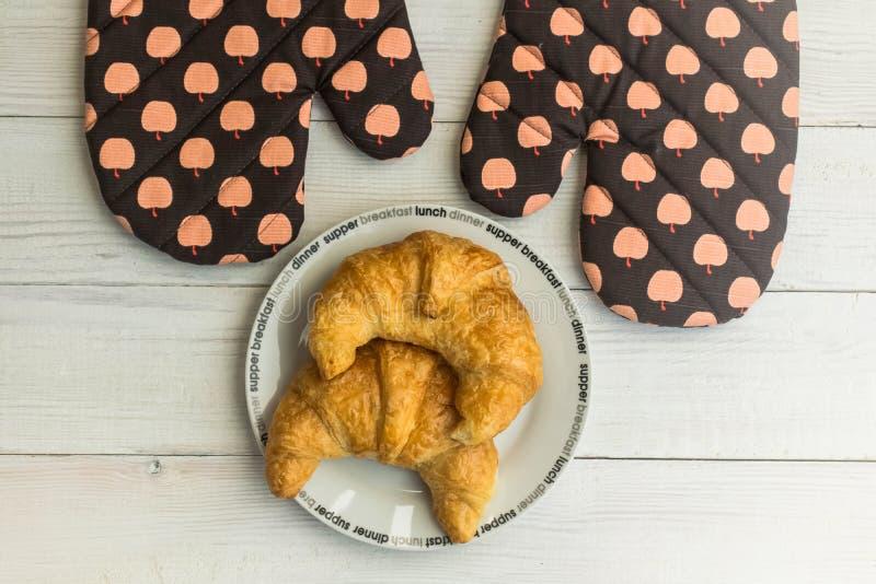 Kokend croissant op rustieke houten achtergrond stock afbeelding