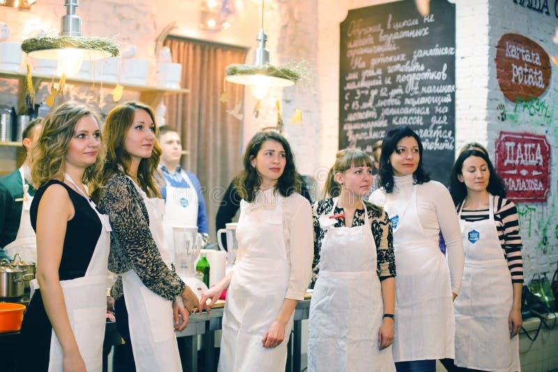 Kokend klasse, culinair, voedsel en mensenconcept royalty-vrije stock afbeeldingen