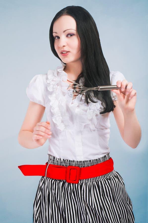 Kokend pinup meisje met mixer stock foto
