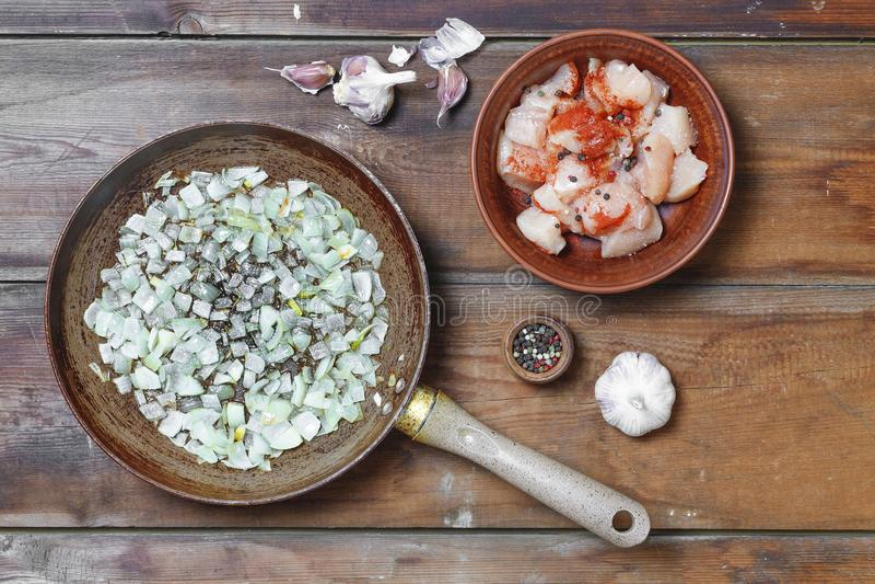 Kokend, ruw vlees, kruiden, roosterend vlees, Turkije, kip Bovenkant v royalty-vrije stock afbeeldingen