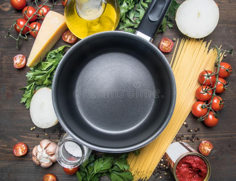Kokend vegetarische deegwaren met kersentomaten, peterselie, ui en knoflook, boter, tomatenpuree en kaas, zijn de ingrediënten la royalty-vrije stock fotografie