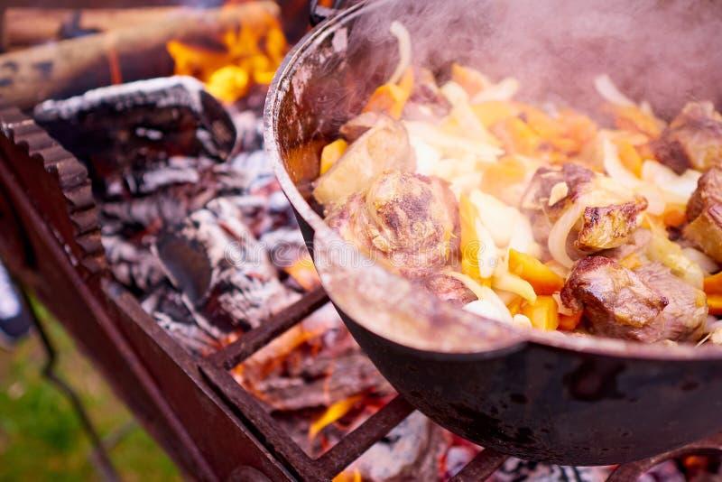 Kokend vlees met groenten op de brand royalty-vrije stock afbeeldingen