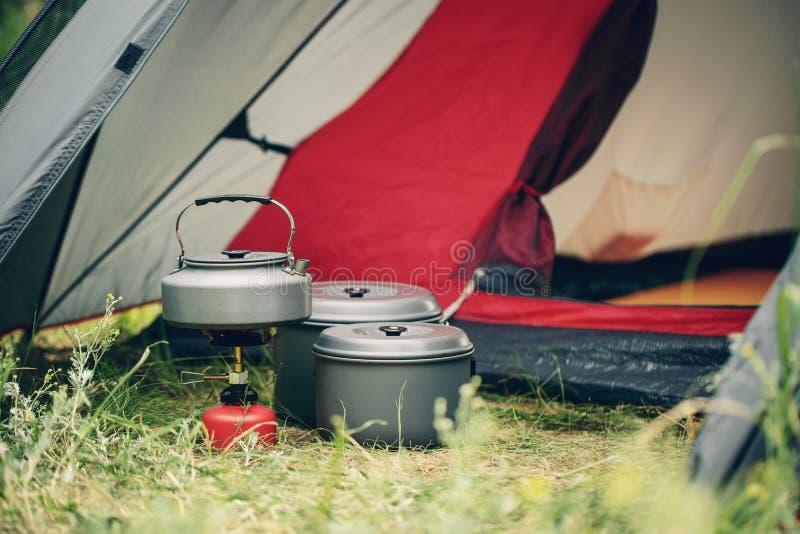 Kokend water in ketel op draagbaar het kamperen fornuis stock foto