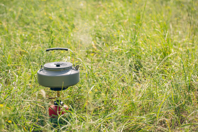 Kokend water in ketel op draagbaar het kamperen fornuis royalty-vrije stock foto