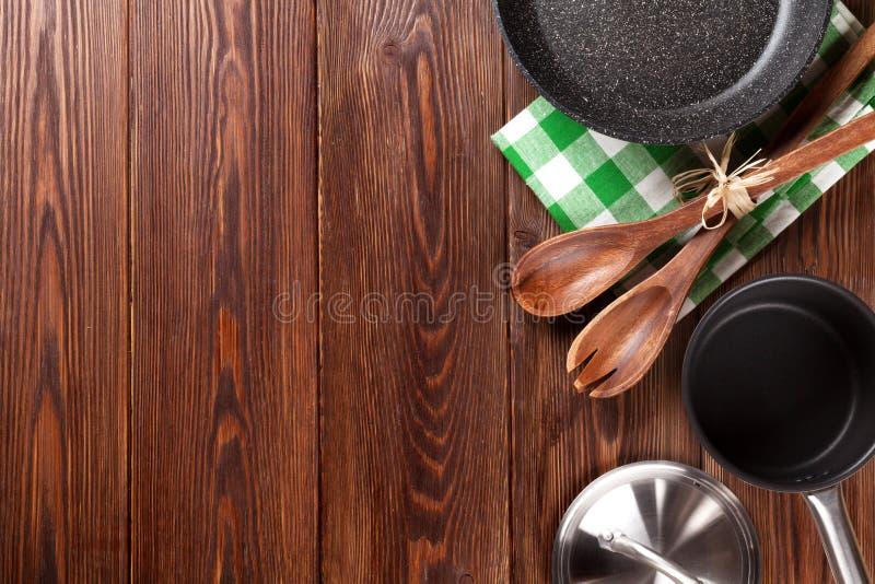 Kokend werktuig op houten lijst stock afbeeldingen