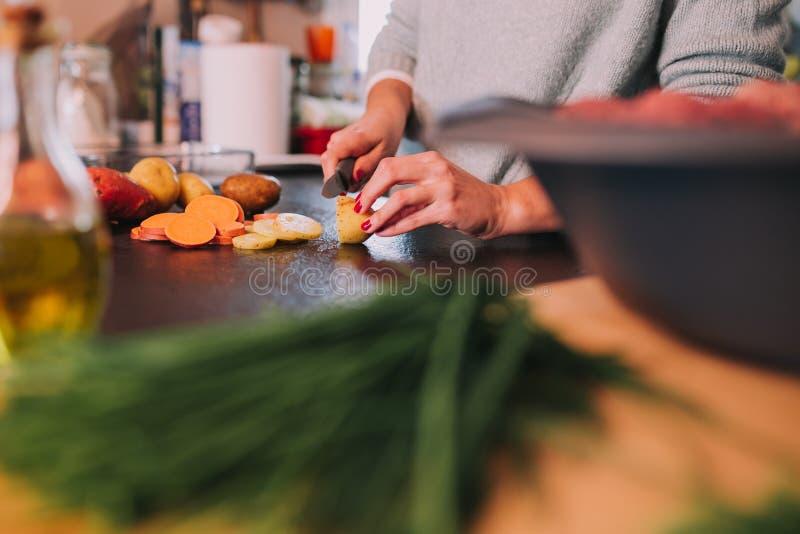 Kokende aardappels en bataten stock foto