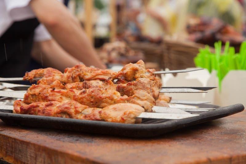 Kokende barbecue bij het festival van straatvoedsel stock fotografie