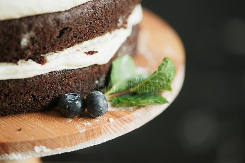 Kokende cake op de lijst en het bakken cakeingredi?nten royalty-vrije stock foto