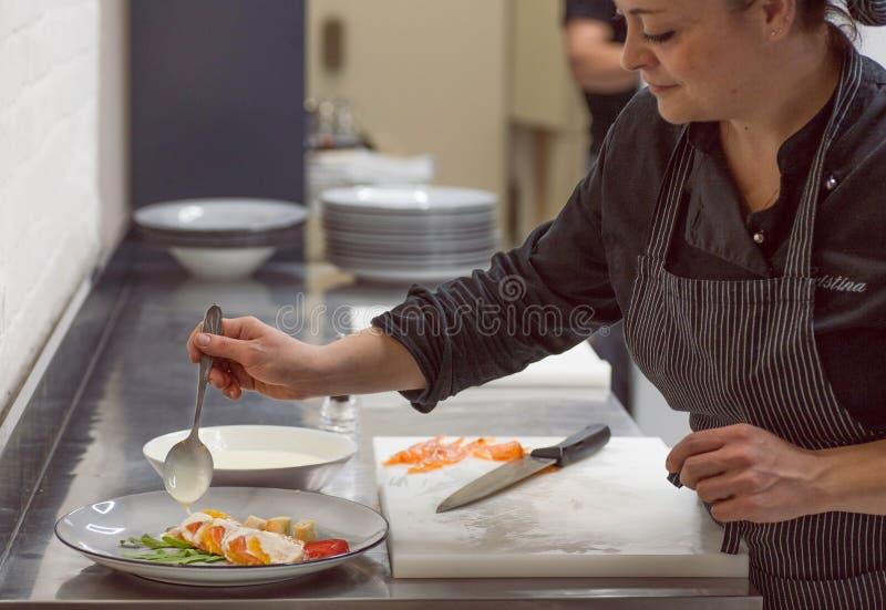 Kokende chef-kok die Italiaanse zeevruchtencarpaccio maken bij keuken van modern restaurant royalty-vrije stock afbeeldingen