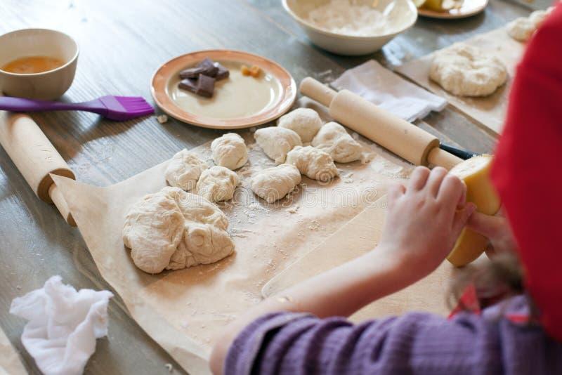 Kokende culinaire klasse, Het voedsel en het mensenconcept, het vormen van deeg, kind dienen proces om te vormen in, het koken va royalty-vrije stock foto's