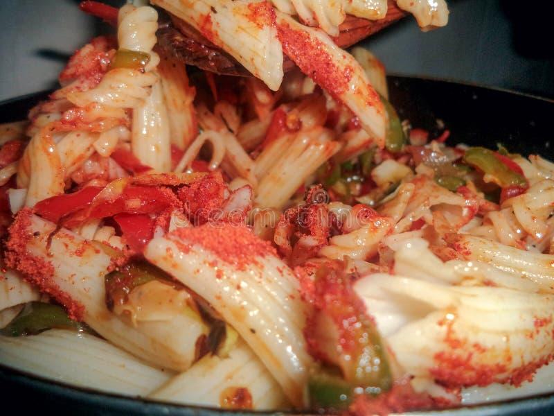 Kokende deegwaren voor maaltijd over hete pan royalty-vrije stock afbeeldingen