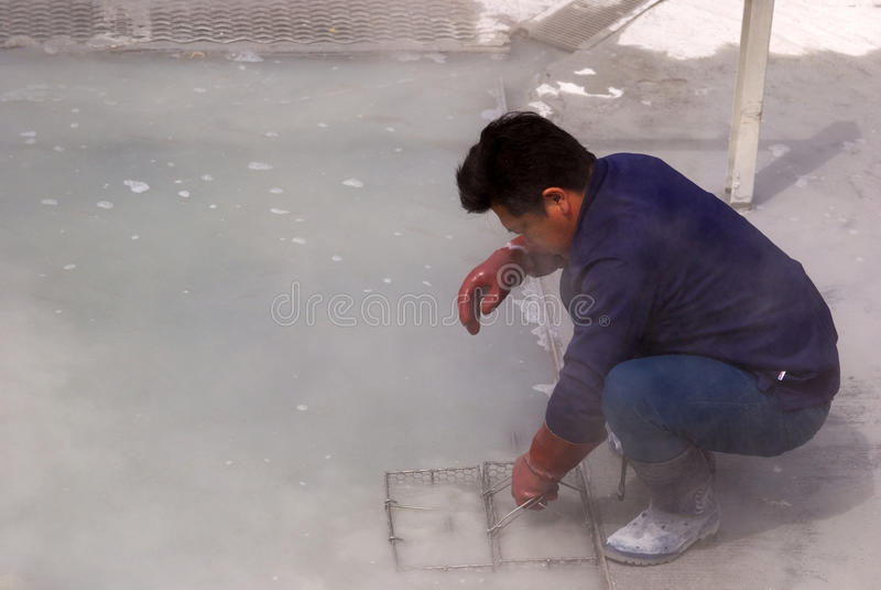 Kokende eieren in de zwavelachtige damp, Owakudani, Japan stock afbeeldingen