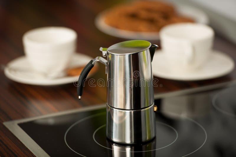 Kokende espresso met Italiaanse cafetera thuis stock foto