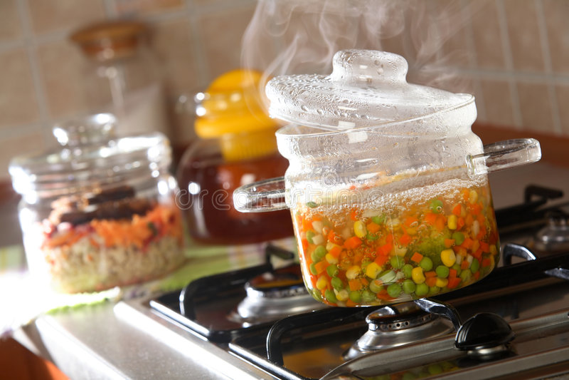 Kokende groenten op fornuis royalty-vrije stock foto