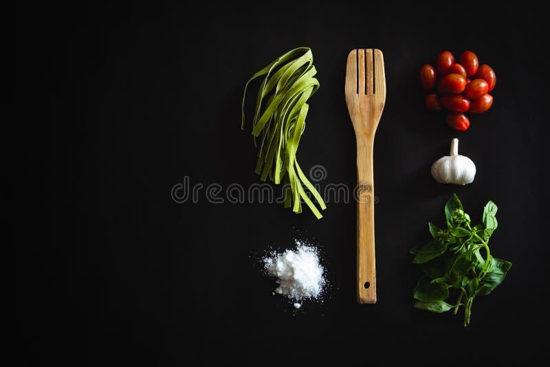 Kokende ingrediënten voor deegwarenpesto royalty-vrije stock foto's