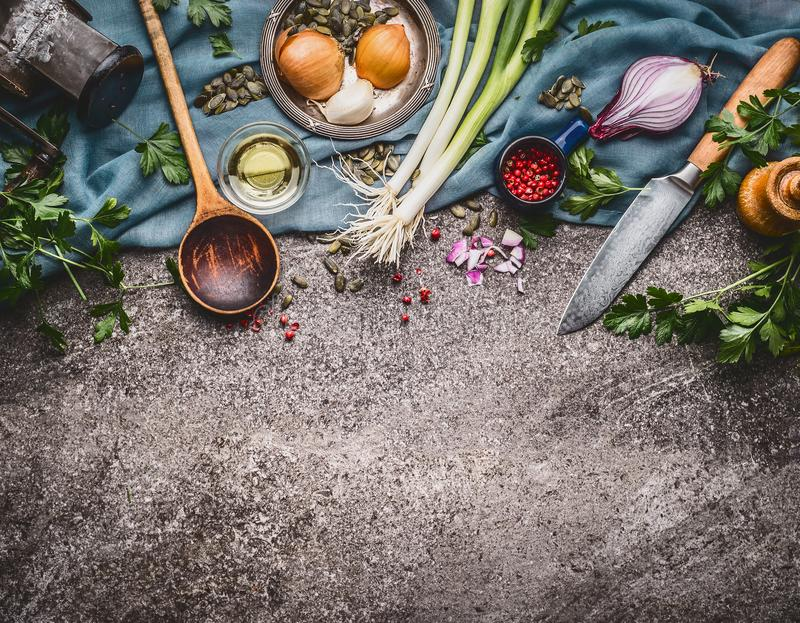 Kokende lepel met mes en kokende ingrediënten, voedselachtergrond, hoogste mening royalty-vrije stock afbeelding