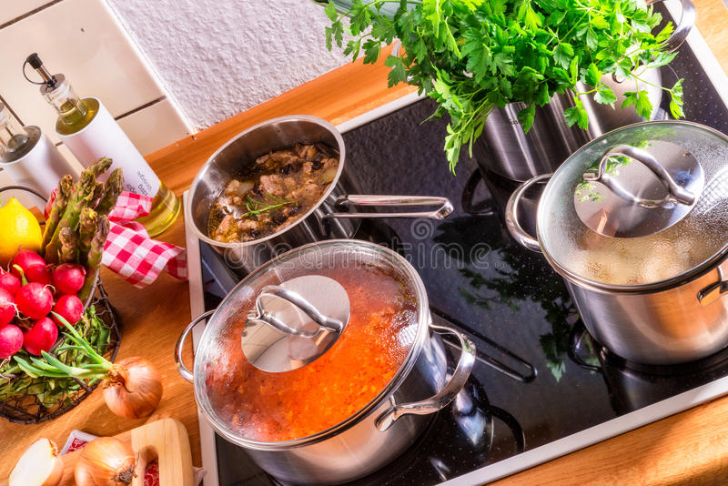 Kokende potten op het fornuis stock foto's