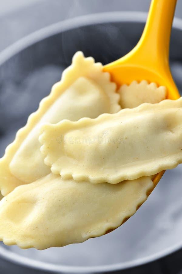 Kokende ravioli stock afbeelding