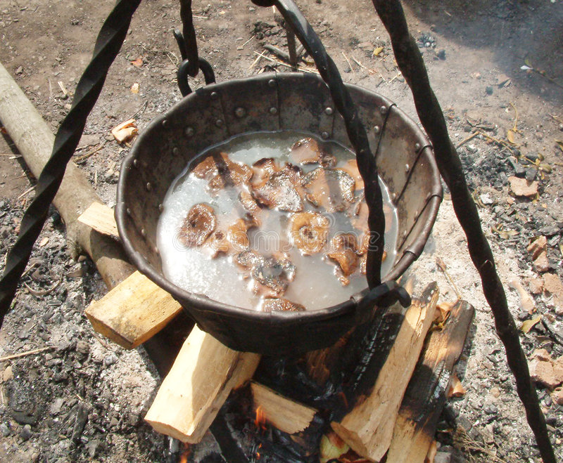 Kokende soep op kampvuur stock foto's