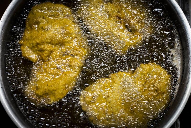 Kokende Weense schnitzel royalty-vrije stock fotografie