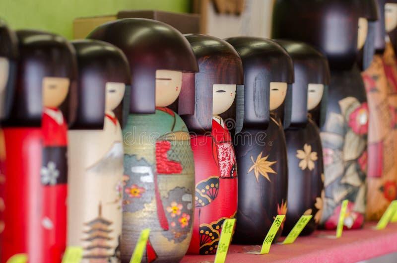 Kokeshi,在礼品店的日本木玩偶 免版税库存图片