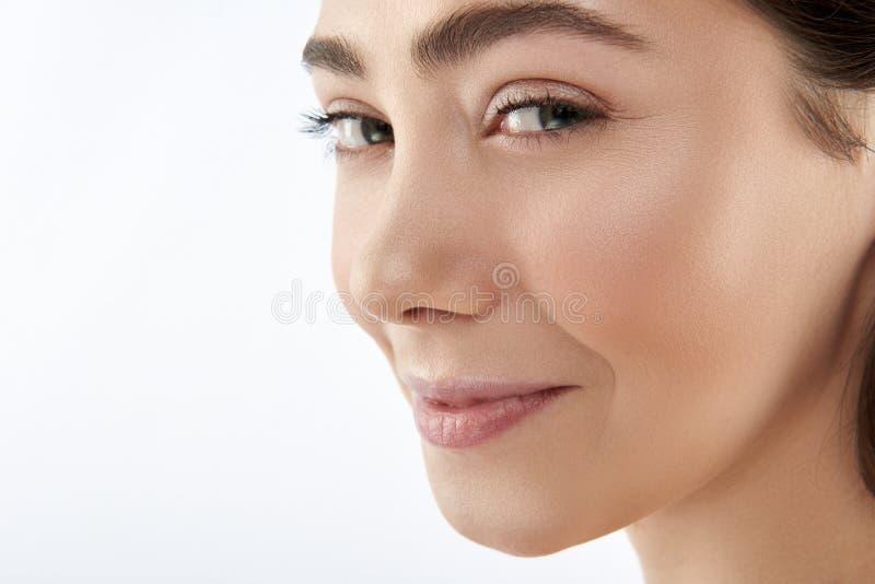 Koket glimlachend leuk donkerbruin wijfje op wit stock foto