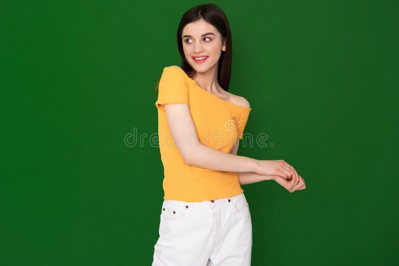 Koket jong mooi die meisje op groen wordt ge?soleerd royalty-vrije stock foto's