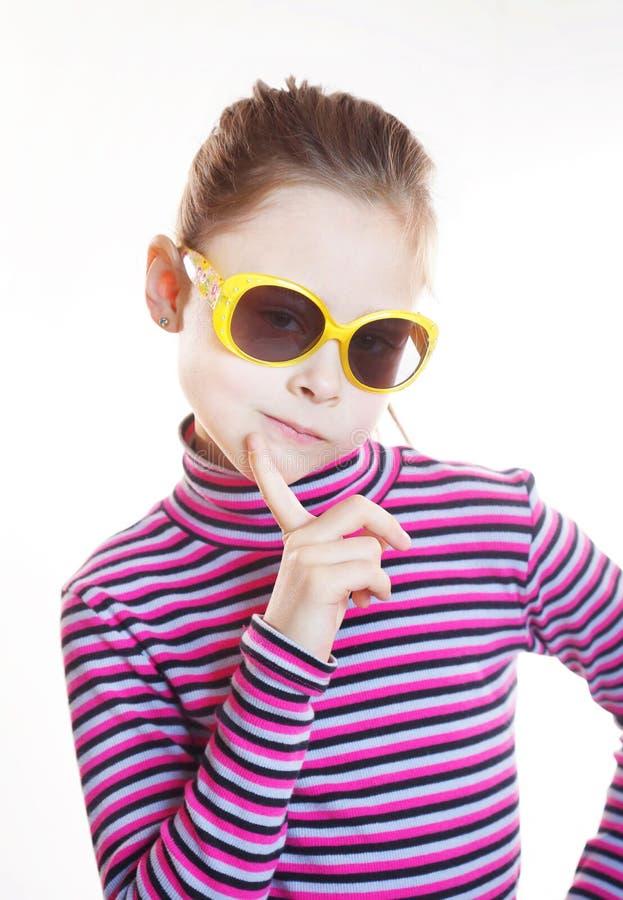 Koket meisje die gestreepte blouse en zonnebril dragen stock fotografie